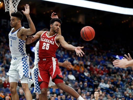 Alabama's Braxton Key (25) passes around Kentucky's