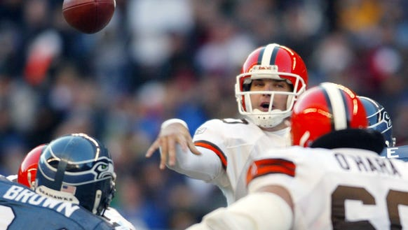 Cleveland Browns quarterback Kelly Holcomb passes during