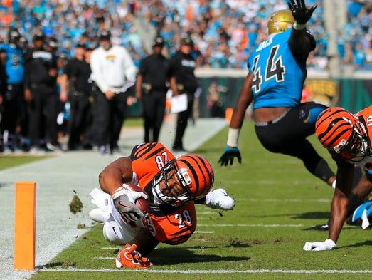 Cincinnati Bengals running back Joe Mixon dives into