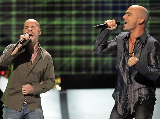 Chris Daughtry performs with Live front man Ed Kowalczyk during the season five finale of  American Idol  in May 2006.