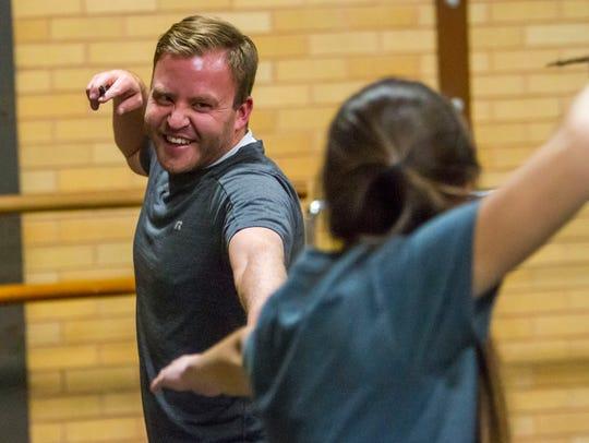 Spectrum sports reporter Ryan Miller practices with