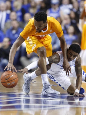 Tennessee guard Kevin Punter (0) and Kentucky guard Tyler Ulis (3) battle for the ball in first half Thursday.