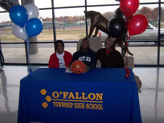 Roosevelt Jones flanked by his family as he signs for