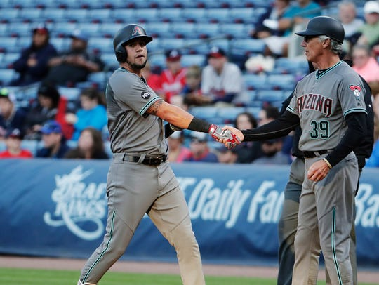 Arizona Diamondbacks' David Peralta, left, shakes hands