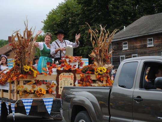 Kathy and Pat Kellenberger, Middle Amana, wave from