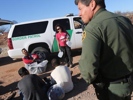 A diario, decenas de inmigrantes indocumentados son rescatados del desierto de Arizona.