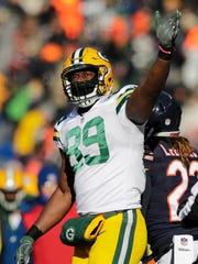 Green Bay Packers tight end Jared Cook signals for