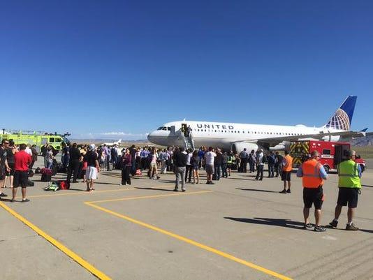 [Internacional] Avião da United Airlines faz pouso de emergência no Colorado, nos EUA 635731667330912391-GJplane