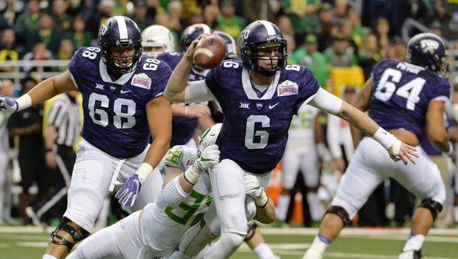 Jan 2, 2016; San Antonio, TX, USA; TCU Horned Frogs quarterback Bram Kohlhausen (6) is pressured by Oregon Ducks linebacker Eddie Heard (32) during the 2016 Alamo Bowl at Alamodome. Mandatory Credit: Kirby Lee-USA TODAY Sports