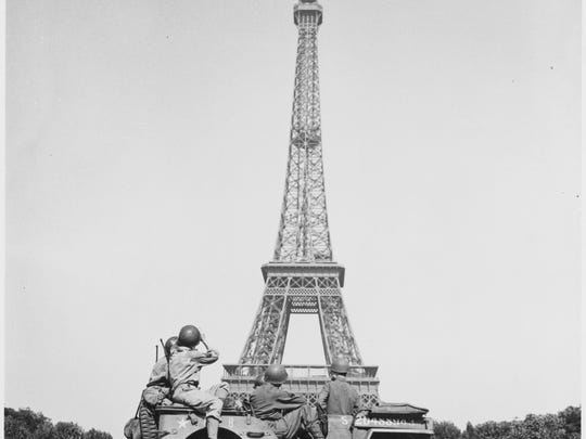 Soldiers of the 4th U.S. Infantry look at Eiffel Tower