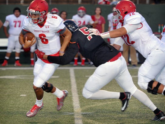 Sweetwater Mustangs quarterback Chris Thompson (6)
