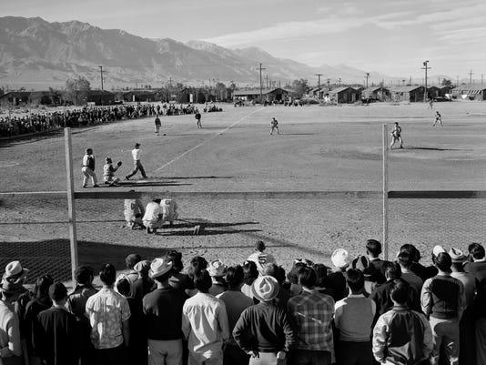 Baseball_game_at_Manzanar,_1943