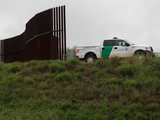 Una camioneta de la Patrulla Fronteriza vigila el límite