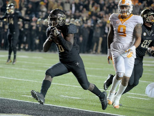 Former Whitehaven and Vanderbilt star Darrius Sims signed a pro contract Wednesday with the as-yet-named Alliance of American Football league's Memphis franchise.