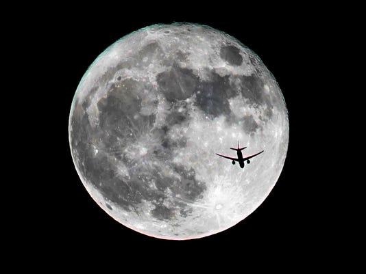 636147992622088777-supermoon-airplane.jpg