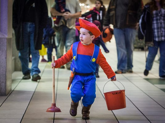 trick or treater at Muncie Mall