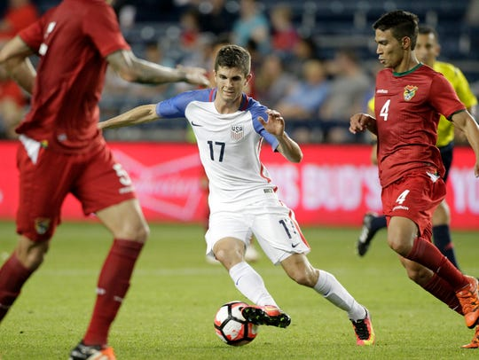 U.S. forward Christian Pulisic (17) attempts to drive
