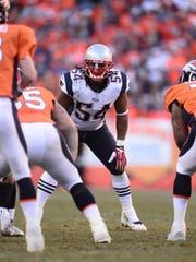 Patriots linebacker Dont'a Hightower (54) calls the plays on defense.