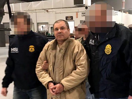 """Joaquín """"Chapo"""" Guzmán, escoltado por agentes."""