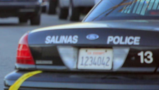 La policía investiga la escena del crimen tras un tiroteo ocurrido la noche del martes, en la cuadra 200 de la calle Soledad en Salinas. | Travis Geske, El Sol Police investigate the scene of a shooting that occured Tuesday evening on the 200 block of Soledad Street in Salinas.