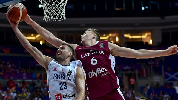 Serbia's forward Marko Guduric (L) vies for the ball with Latvia's power forward Kristaps Porzingis during the FIBA Eurobasket 2017 men's group D basketball match between Latvia and Serbia at Fenerbahce Ulker Sport arena in Istanbul on September 1, 2017.  / AFP PHOTO / OZAN KOSEOZAN KOSE/AFP/Getty Images ORG XMIT: 3619 ORIG FILE ID: AFP_S14D9