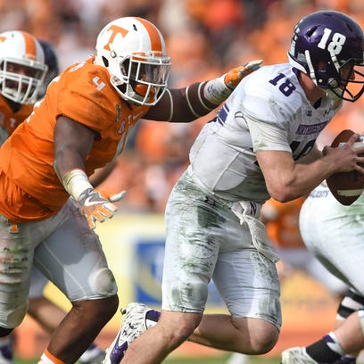 Tennessee defensive lineman LaTroy Lewis  chases down
