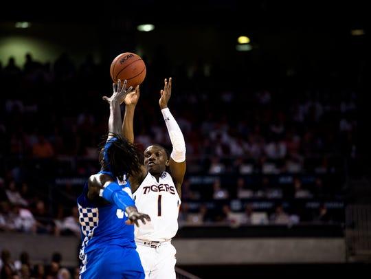 Auburn Tigers guard Jared Harper (1) shoots a 3-pointer