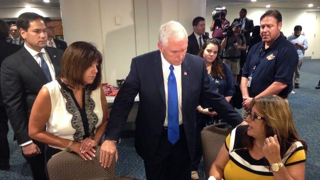 """El vicepresidente Mike Pence con un grupo de puertoriqueños que llegaron recientemente en el aeropuerto de Orlando, Florida, tras el paso del huracán María en la """"Isla del Encanto""""."""