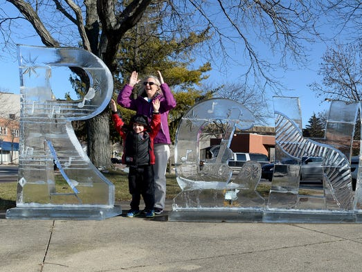 """Valerie Moore and Kevin Muckridge, 6, make the """"I"""""""
