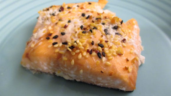 Licensed physicians and registered dietitians often recommend 800 to 1000 IU per day. Fatty fish like salmon can contain from 300 to 400 IU per 4-ounce serving