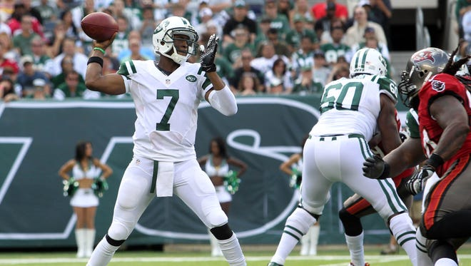 Jets QB Geno Smith stands tall in the pocket Sunday vs. the Bucs.