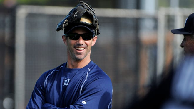 Tigers manager Brad Ausmus, chats with coaches at the start of the Tigers' workout Saturday in Lakeland.