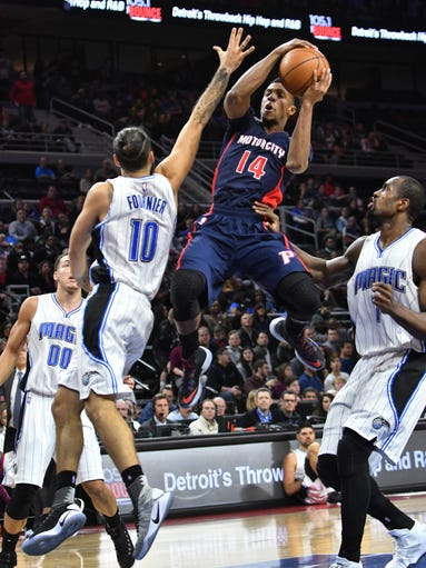 Pistons guard Ish Smith (14) drives to the basket between