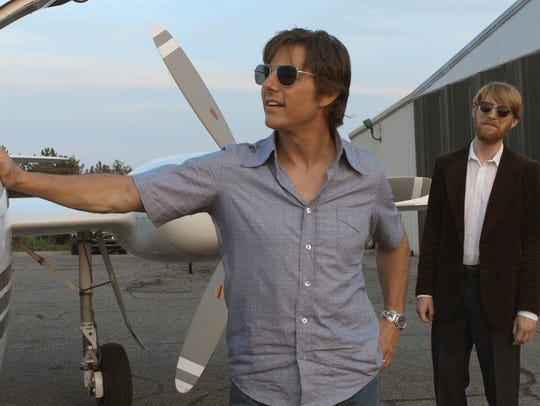 Barry Seal (Tom Cruise, left) is recruited by the CIA's