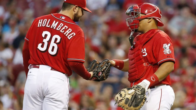 Reds catcher Brayan Pena, right, pays a visit to starting pitcher David Holmberg in the fourth inning during Friday night's loss to the Diamondbacks.