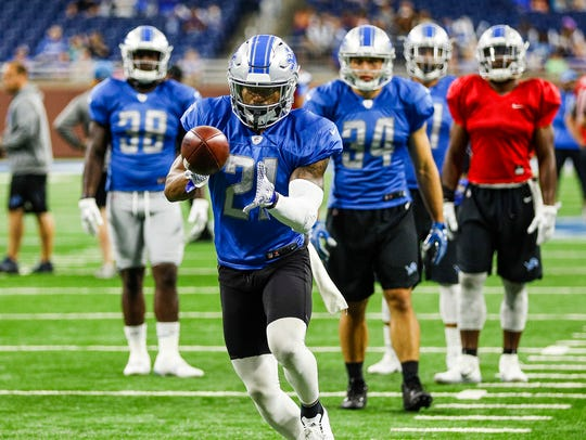 Lions running back Ameer Abdullah makes a catch during