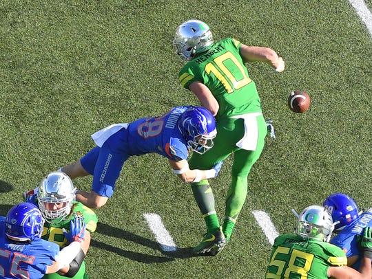 Oregon Ducks quarterback Justin Herbert (10) loses