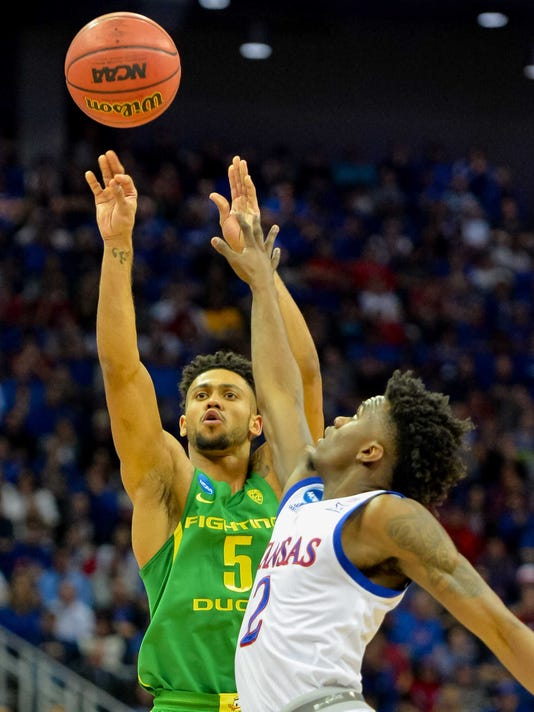 new concept 38e31 e1599 Red-hot No. 3 Oregon out front on No. 1 Kansas at the half