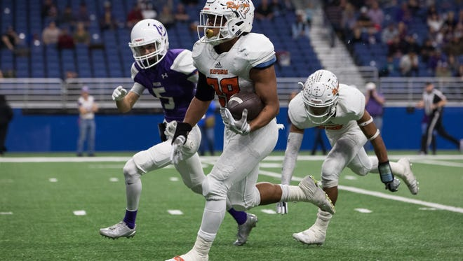 Refugio's Daryon Ramirez runs the ball for a touchdown during the fourth quarter of the Class 2A Division I state quarterfinal against Mason at the Alamodome in San Antonio on Friday, Dec. 8, 2017.