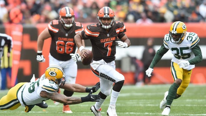 Cleveland Browns quarterback DeShone Kizer (7) scrambles from Green Bay Packers outside linebacker Ahmad Brooks (55) and free safety Jermaine Whitehead (35) during the first quarter at FirstEnergy Stadium.