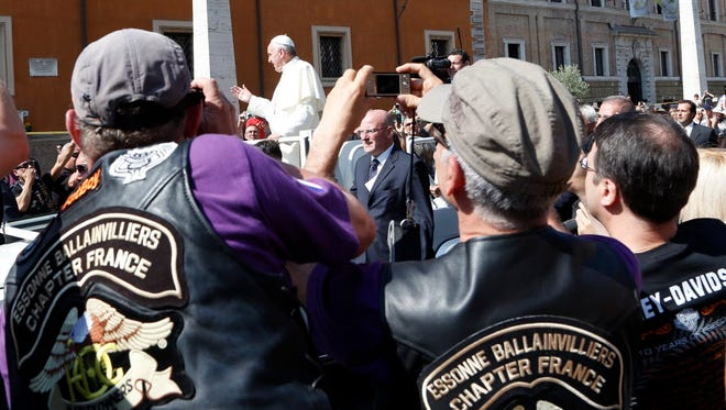 Pope Francis blesses the Harley-Davidson bikers from his Popemobile before the start of a mass outside Saint Peter's Square in Rome June 16, 2013. REUTERS/Stefano Rellandini    (ITALY - Tags: RELIGION)