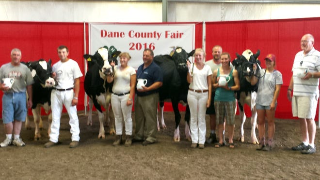 AgSource Miss Q Contest award winners and successful buyers at the 2016 Dane County Fair included (L to R) Steve Scleicher, Connor Schleicher, Whitney Brown, Scott Voster from Bank of New Glarus, Lindsey Sarbacker, Tony and Jackie Schlimgen, Kimberly Keller, Dr. Robert Rowe, KCF Syndicate and Rodney Davis, AgSource Regional Sales Manager.