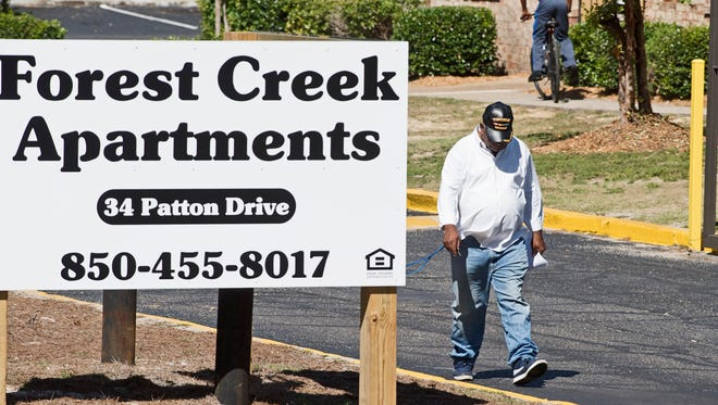 Activist Ellison Bennett informs residents of Forest Creek Apartments on Friday, Oct. 6, 2017, that they may receive evacuation orders as then-Tropical Storm Nate moves closer to the Gulf Coast.