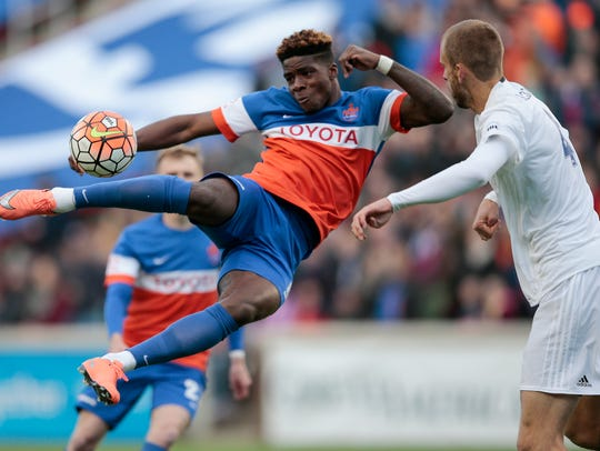 FC Cincinnati forward Sean Okoli (9), left, scores
