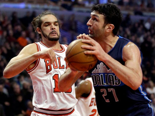 Dallas Mavericks center Zaza Pachulia, right, looks to the basket as Chicago Bulls center/forward Joakim Noah guards during the first half of an NBA basketball game Friday, Jan. 15, 2016, in Chicago. (AP Photo/Nam Y. Huh)