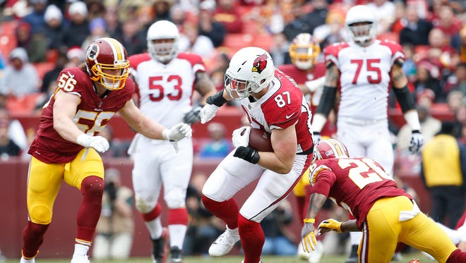 Arizona Cardinals tight end Troy Niklas (87) carries the ball as Redskins linebacker Zach Vigil (56) chases during the first half at FedEx Field.