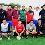 En esta foto posa la selección de Salinas Soccer League, el 21 de mayo de 2014, durante un entrenamiento previo al partido contra Sub-20 de León Guanajuato. |