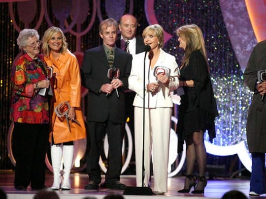 """FILE - In this Saturday, April 14, 2007 file photo, Florence Henderson, center, speaks, as she and, from left, Ann B. Davis, Maureen McCormick, Mike Lookinland, Lloyd Schwartz, Susan Olsen and Barry Williams of the television show """"The Brandy Bunch"""" accept the Pop Culture Award during the 5th Annual TV Land Awards in Santa Monica, Calif. Henderson, who went from Broadway star to become one of America's most beloved television moms, died on Nov. 24, 2016. She was 82."""