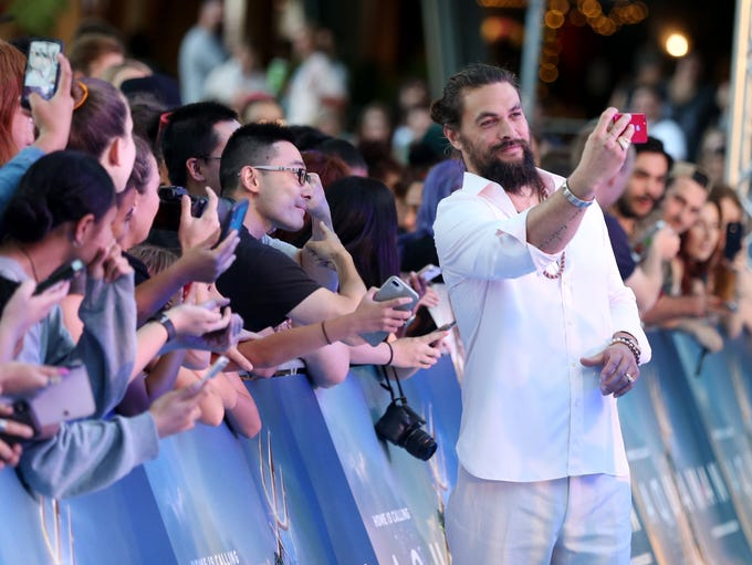 Jason Momoa poses  with fans at the Australian premiere