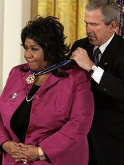 President George W. Bush presents singer Aretha  Franklin